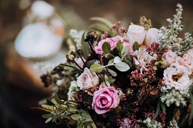 Przepiękny bukiet: zieleń, róż, fiolet, bordo. Stylizowana sesja zdjęciowa Bridal Blog.