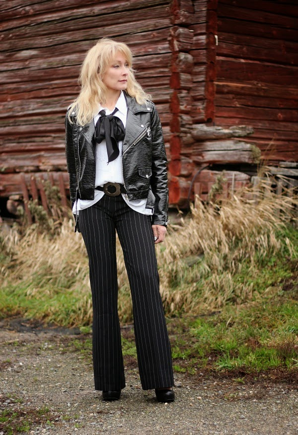 asu leveälahkeiset liituraitahousut flared trousers black and white outfit how to wear