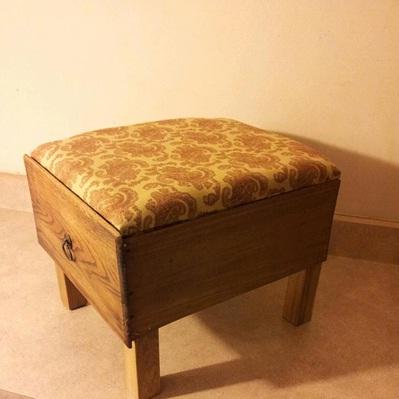 Laci bekas diubah menjadi kursi/stool