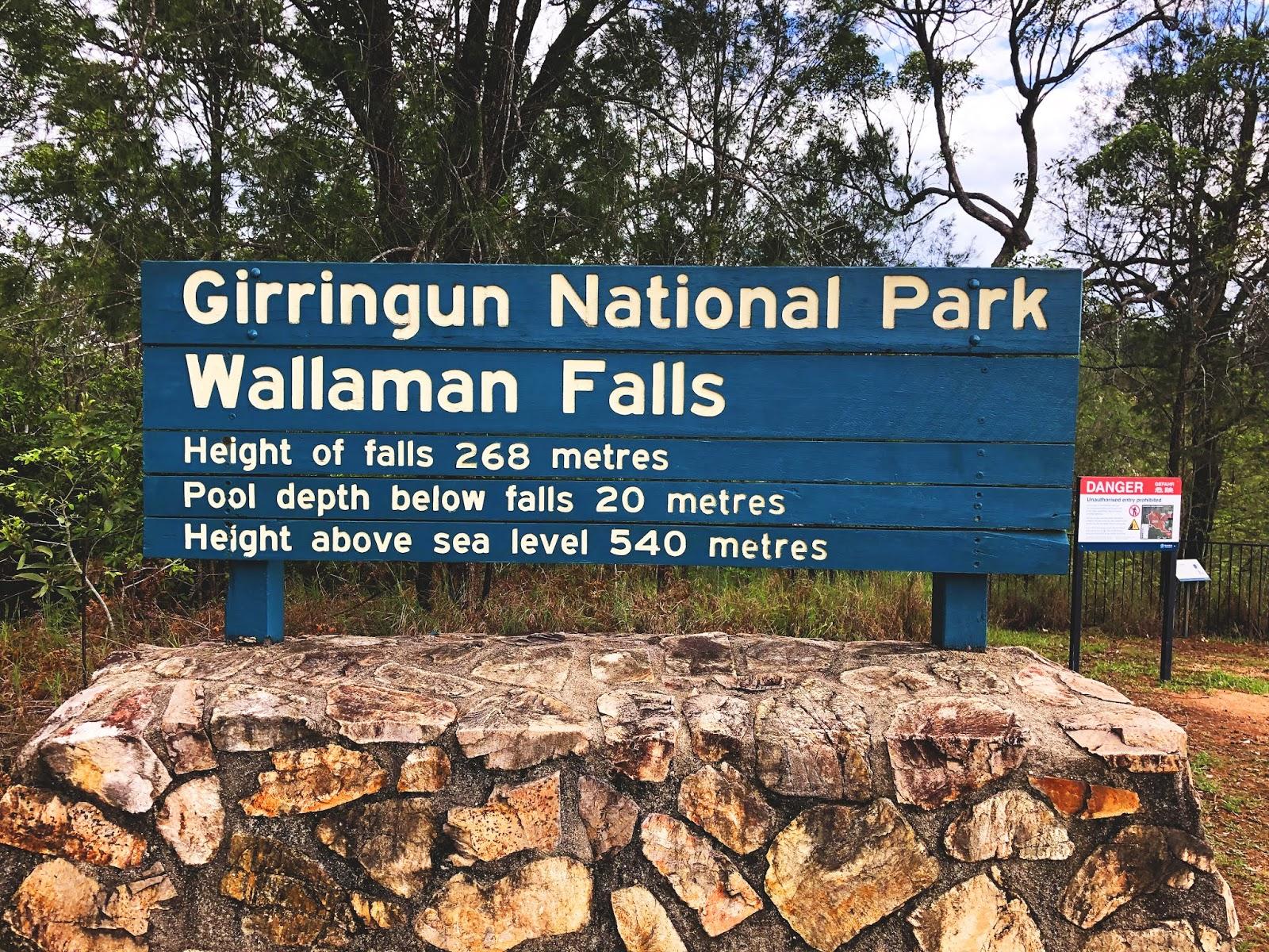 Tablica informacyjna australijskiego parku narodowego Girringun National Park i wodospadu Wallaman Falls
