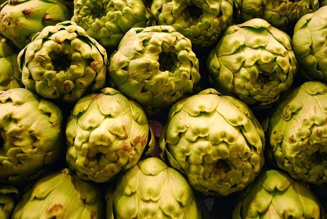 exquisitas alcachofas en la cocina de la abuela