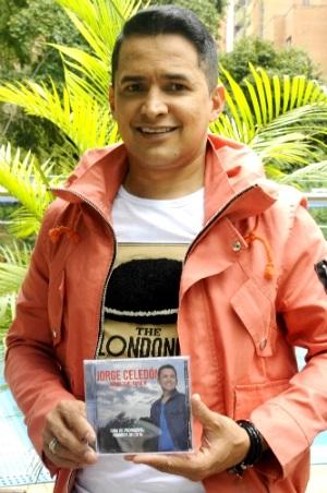 Foto de Jorge Celedón feliz pomocionando disco
