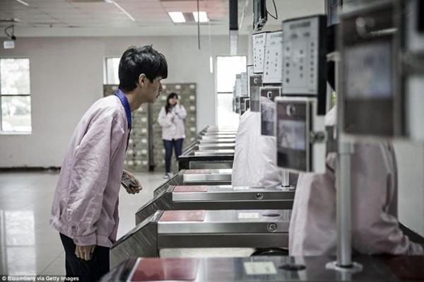 ـ صور من داخل المصنع السري لتجميع الآيفون في الصين ، ولماذا حرصت آبل على نشرها ؟ 1474911444_10.png