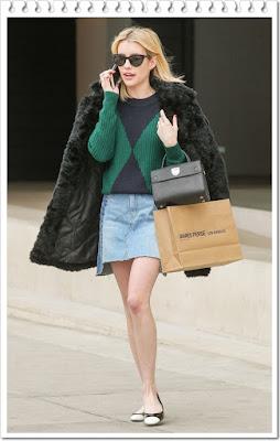 エマ・ロバーツ(Emma Roberts)は、ワービーパーカー (Warby Parker)のサングラス、フォーエバー21 (Forever 21)のファーコート、トリーバーチ (Tory Burch)のセーター、ピクシーマーケット (Pixie Market)のミニスカート、ディオール(Dior)ハンドバッグ、シャネル (CHANEL)のフラットシューズを 着用。