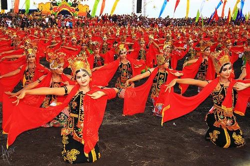 Hasil gambar untuk Parade Gandrung Sewu 2014