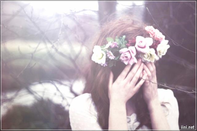 ảnh cô gái ôm mặt khóc vì thất tình