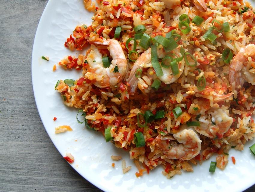 Ryż po tajsku z jajkiem, warzywami i krewetkami