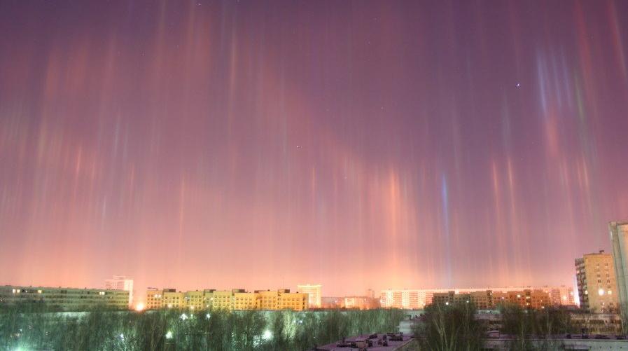 Incredibili colonne di luce nel cielo di San Pietroburgo in Russia