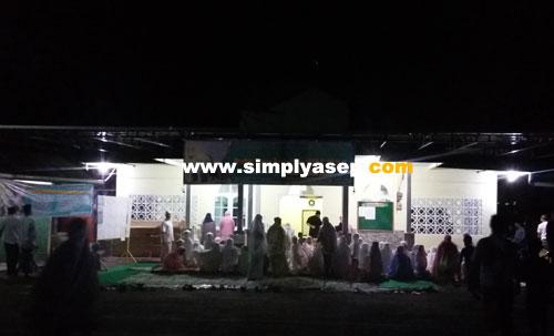 SYAHDU : Masjid Babussalam Duta Bandara di malam perdana di bulan Suci Ramadhan 1439 Hijriah tadi malam (16/5) dipadati jamaah yang ingin melaksanakan Sholat ISya dan Tarawih berjamaah.  Foto Asep Haryono