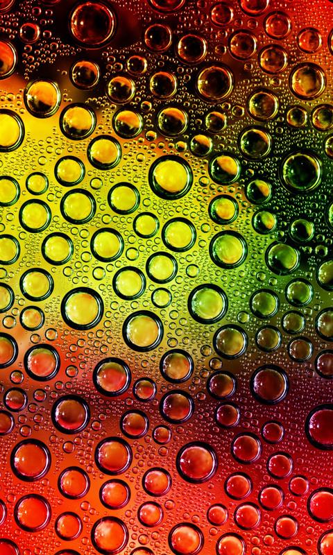 Gotas de água em um fundo colorido