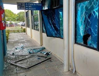 Bando rende seguranças e explode caixas eletrônicos no Detran, em JP