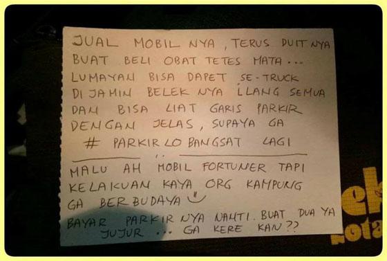 Karena Parkir Ngawur Mobil Fortuner Ditempeli 'Surat Cinta', Isinya Bikin Nyesek!