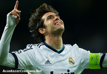 Kaká celebra gol agradeciendo a Dios