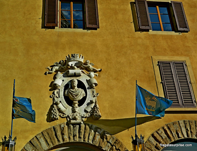 Imagem do duque Cosimo de Medici em uma palácio da Piazza della Signoria, Florença