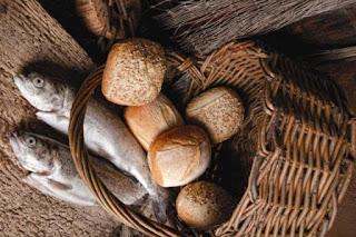 Resultado de imagem para Está aqui um rapaz que tem cinco pães de cevada e dois peixinhos; mas que é isto para tantos? João 6:9