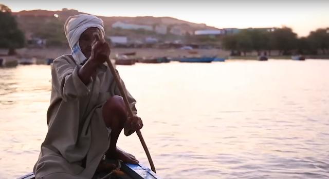 صور  السودان - خزان جبل اوليا - صياد على قاربه