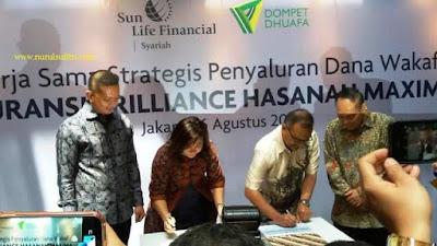 penandatanganan kerjasama strategis penyaluran dana wakaf sunlife financial syariah asuransi brlliance hasanah maxima dengan dompet dhuafa nurul sufitri