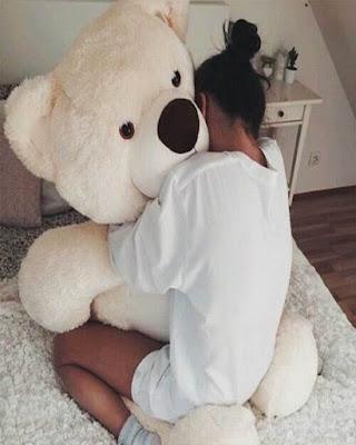 foto tumblr abrazando oso de peluche grande