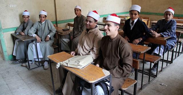 تحويل مدرس بأزهر سوهاج للتحقيق قد اجبر تلميذا علي التقاط عصا بفمة من الارض