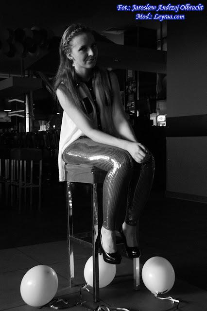 11.11.17 Legginsy w cekiny, biało-czarna mgiełka, warkocz opaska, czarne szpilki na platformie, Klub Kosmos Kielce