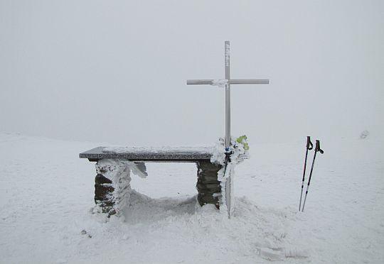 Ołtarz polowy i krzyż ustawione przez mieszkańców orawskiej wsi Mútne.