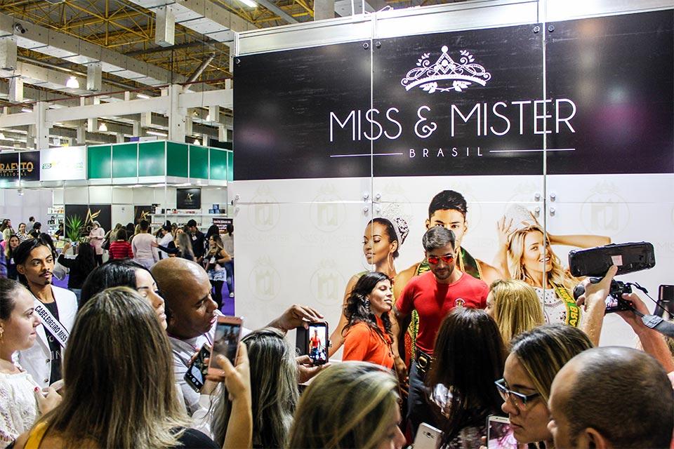 O Bombeiro da Eliana atraiu uma multidão para o stand do Miss e Mister Brasil. Foto: Tatiane Cucco