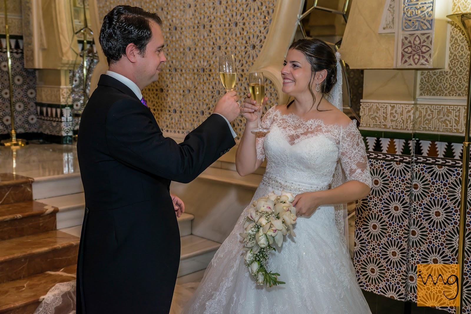 Fotografía de boda en Granada, brindis en el hotel Alhambra Palace