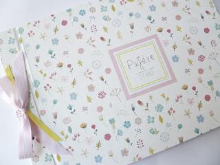 βιβλίο ευχών για κοριτσάκι λευκό με λουλουδάκια και το όνομα του παιδιού