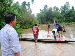 Anggota DPR RI Serahkan Bantuan Kepada Korban Banjir 2014 di Aceh Utara