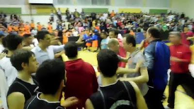 Επεισόδια στην Νάουσα στον αγώνα μπάσκετ μεταξύ του Ζαφειράκη και του Πιερικού Αρχέλαου (ΒΙΝΤΕΟ)
