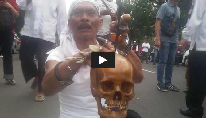 Seorang Demonstran Bawa Tengkorak Manusia untuk Pukul Ahok