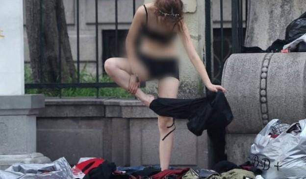 Foto Bugil Artis pendatang baru Heboh Keliatan Toketnya Saat Ganti Baju Di Trotoar