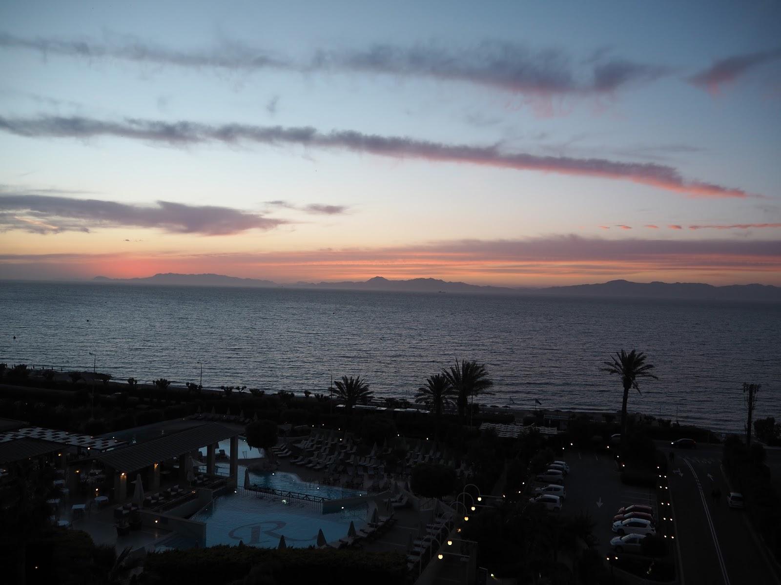 auringonlasku merenrannassa