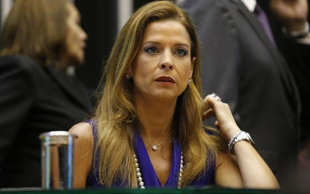 Cláudia Cruz, esposa de Eduardo Cunha, visitou o marido nesta manhã de sexta-feira (21) na Superintendência da Polícia Federal, em Curitiba