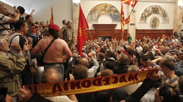Opposition putscht in Mazedonien - Bürger stürmen Parlament