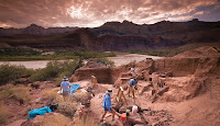 Bir arkeolojik kazı alanında çalışan arkeologlar