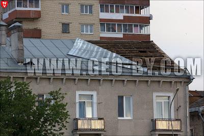 Минск. Ураган 13 июля сорвал и завернул жестяную крышу