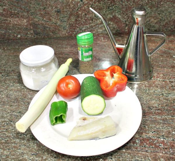 Ingredientes de bacalao con pisto de calabacín