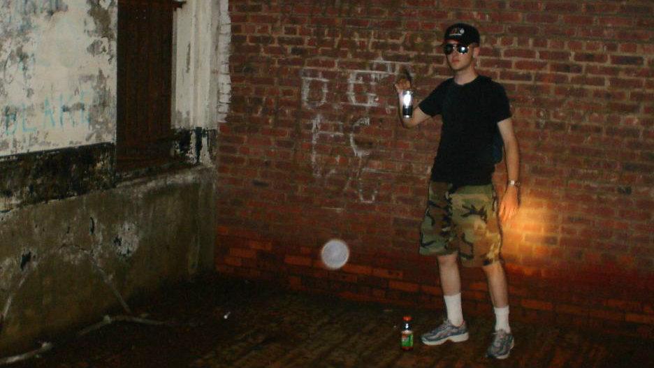 Une orbe plane devant un jeune homme dans une maison abandonnée