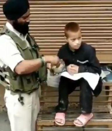 सिख पुलिस वाले ने रमज़ान में भूखे बच्चे को खिलाया खाना, वीडियो हो रहा वायरल