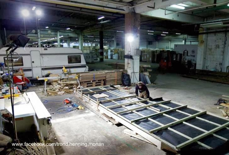 Prefabricación de la cabaña en un amplio espacio industrial cubierto