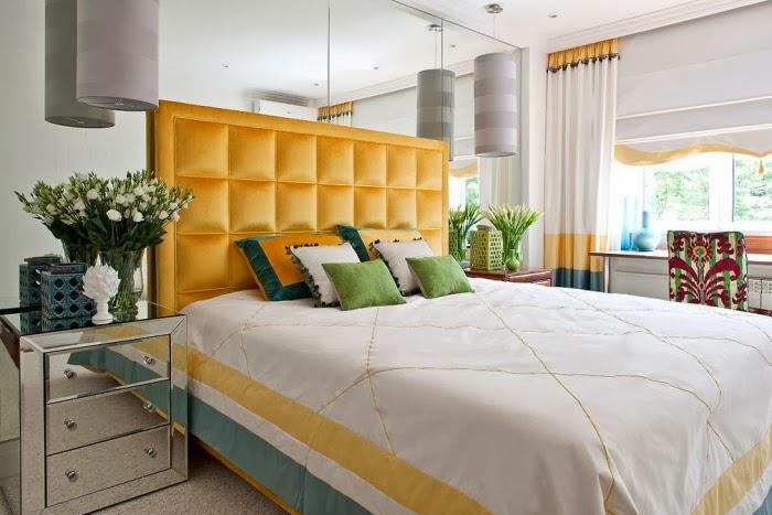 Białe mieszkanie z szarymi i żółtymi dodatkami, wystrój wnętrz, wnętrza, urządzanie domu, dekoracje wnętrz, aranżacja wnętrz, inspiracje wnętrz,interior design , dom i wnętrze, aranżacja mieszkania, modne wnętrza, styl klasyczny, styl nowoczesny, żółte dodatki, sypialnia, styl Hamptons