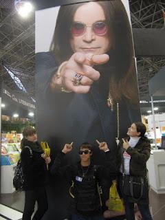 foto com cartaz da biografia de ozzy, há muitas bienais atrás