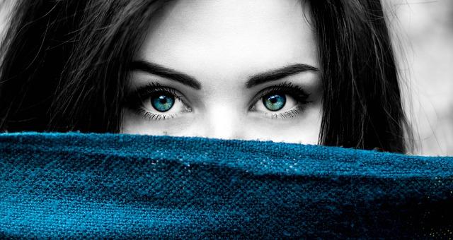 افضل الخدع لتغيير لون عينيك طبيعيا