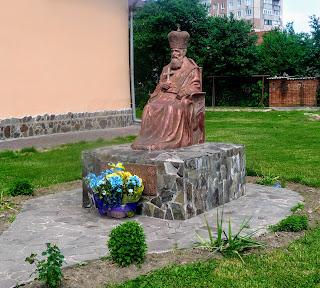 Галич. Церква Різдва Христова. Пам'ятник Андрею Шептицькому