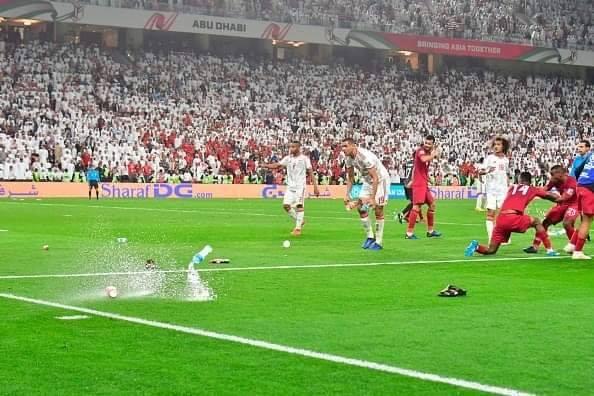 mưa vật thể lạ ném xuống sân bóng khiến các cầu thủ choáng váng và bất ngờ