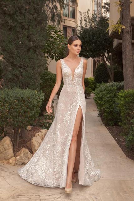 Modelka prezentująca piękną błyszczącą suknię z rozcięciem na nodze.