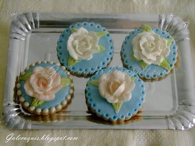 rosas de glasa sobre galleta