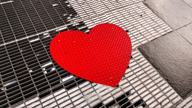 """Ми колись теж були чужими"" - Серце на Таймс-Сквер до дня Святого Валентина (We Were Strangers Once Too. Times Square, NYC)"