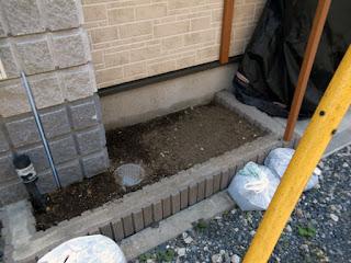 雑木の撤去とこれから小石の撤去そして土の入替